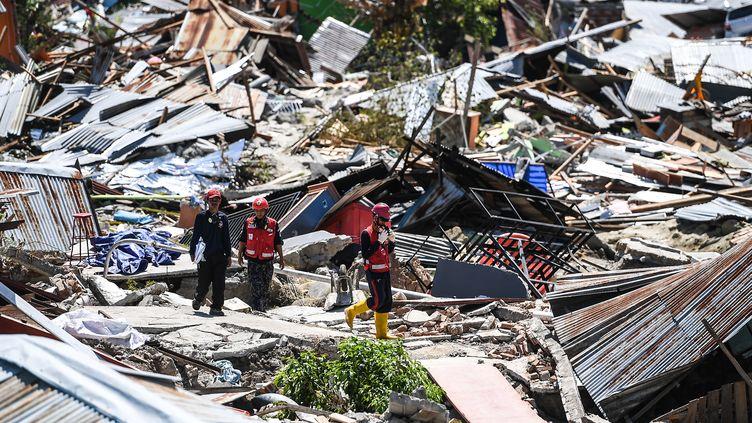 Des sauveteurs dans les débris d'une ville de l'île de Célèbes, en Indonésie, le 5 octobre 2018. (MOHD RASFAN / AFP)