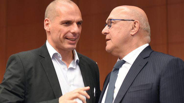 Le ministre des Finances grec, Yanis Varoufakis, s'entretient avec son homologue français, Michel Sapin, le 11 mai 2015, lors d'une réunion de l'Eurogroupe, à Bruxelles (Belgique). (EMMANUEL DUNAND / AFP)