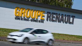 Logo du Groupe Renault sur le site de Douai (Nord). Renault a bénéficié d'une aide de l'Etat sous la forme d'un prêt de cinq milliards d'euros pour faire face à la crise sanitaire. (DENIS CHARLET / AFP)