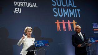 La présidente de la Commission européenne Ursula von der Leyen et le Premier ministre portugais Antonio Costa, lors du sommet social européen à Porto (Portugal) le 7 mai 2021. (FRANCISCO SECO / POOL / AFP)