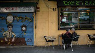 Des habitants prennent un petit déjeuner dansle district madrilène d'Usera, lundi 21 septembre 2020, concerné par la mesure de confinement partiel. (OSCAR DEL POZO / AFP)