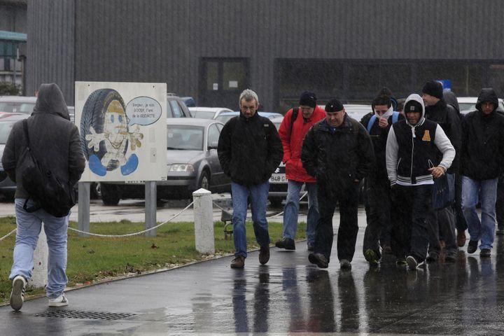 Des salariés de l'usine Goodyear Dunlop d'Amiens (Somme), sur le parking de leur entreprise, le 31 janvier 2013. (PASCAL ROSSIGNOL / REUTERS)