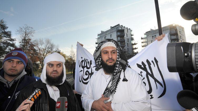 Mohamed Achamlane (au centre), au côté de l'épicier nantais Lies Hebbadj, le 21 novembre 2011 à Nantes. (FRANK PERRY / AFP)