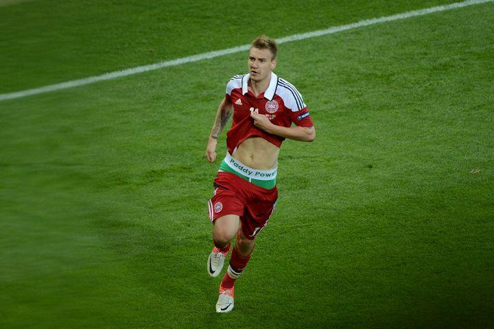Nicklas Bendtner célèbre son but contre le Portugal, le 13 juin à Lviv (Pologne) (ANNE-CHRISTINE POUJOULAT / AFP)