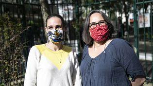 Des couturièresportent desmasques en tissu et les distribuent aux habitants de leur quartier à Paris, le 21 avril 2020. (YANN CASTANIER / HANS LUCAS / AFP)