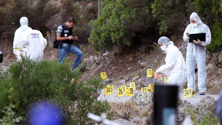 Des policiers recueillent des indices sur les lieux d'un triple homicide, survenu près de Corte (Haute-Corse), le 11 septembre 2012. (PASCAL POCHARD-CASABIANCA / AFP)