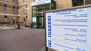 Deux patients infectés par le coronavirus sont soignés à l'hôpital Bichat, à Paris. (ALAIN JOCARD / AFP)