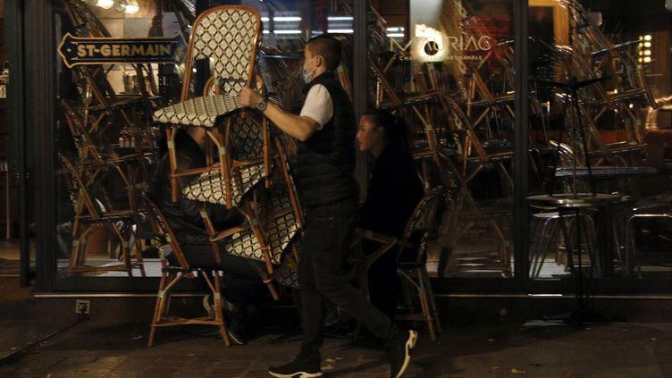 Un bar ferme à Paris le 28 septembre 2020 (GEOFFROY VAN DER HASSELT / AFP)