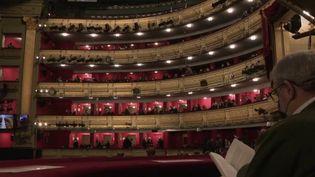 En Espagne, malgré l'épidémie de coronavirus, le spectacle continue.Madrid a rouvert ses salles après la première vague d'épidémie et ne les a pas refermées depuis. (FRANCE 2)