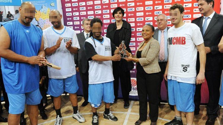 La ministre de la Justice, Christiane Taubira, pose avec des détenus, à l'occasion d'un match de basket organisé à Paris Bercy le 18 mai 2012. (MEHDI FEDOUACH / AFP)