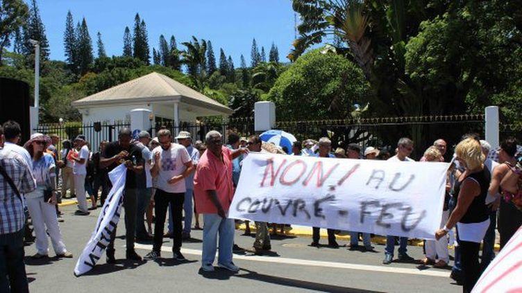 Nouvelle Calédonie. Des manifestants vendredi 2 février 2017. Ils demandent à l'Etat d'assurer leur sécurité après de nouvelles attaques d'automobilistes. (Nouvelle Calédonie 1ère)