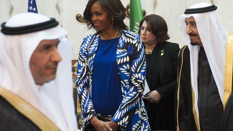 Le roi Salmane d'Arabie saoudite (à droite) et la Première dame des Etats-Unis, Michelle Obama, le 27 janvier 2015 à Ryad. (SAUL LOEB / AFP)