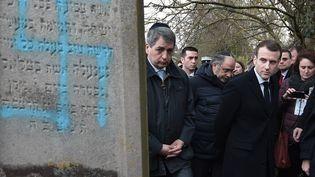 Emmanuel Macron, le 19 février dans le cimetière juif profané de Quatzenheim (Bas-Rhin). (FREDERICK FLORIN / AFP)