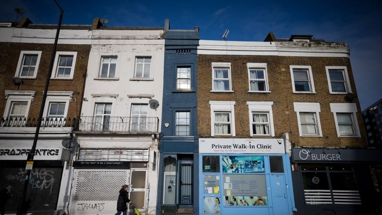Laplus étroite maison de Londres faitseulement 1,7 mètre de large dans le quartier de Shepherd's Bush. (TOLGA AKMEN / AFP)