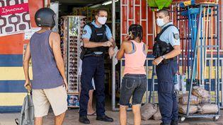 Des gendarmesveillent au respect du couvre-feu,devant un magasin de Remire-Montjoly en Guyane, le 20 juin 2020. (JODY AMIET / AFP)