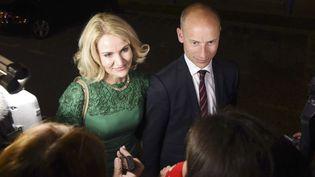 Helle Thorning-Schmidt, la Première ministre danoise, et son mari, le député travailliste britannique Stephen Kinnock, le 7 mai 2015 à Aberavon (Royaume-Uni). (JOE GIDDENS/AP/SIPA)