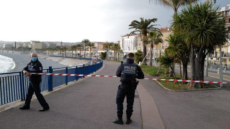 Des policiers limitent l'accès à la promenade des Anglais, à Nice, le samedi 27 février 2021. (VALERY HACHE / AFP)