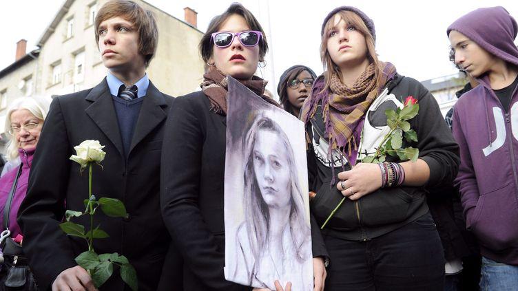 Des camarades d'Agnès lors de la marche blanche en sa mémoire, le 20 novembre 2011 au Chambon-sur-Lignon (Haute-Loire). (PHILIPPE DESMAZES / AFP)