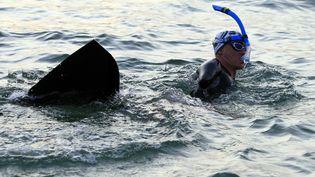 Amputé des deux bras, Thierry Corbalan boucle un tour de Corse à la nage, à Ajaccio le 22 septembre 2018. (PASCAL POCHARD-CASABIANCA / AFP)
