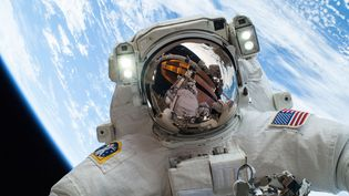 L'astronaute américain Mike Hopkins s'est pris en photo dans l'espace, le 24 décembre 2013. (NASA / AFP)