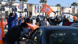 Desgrévistes devant le Carrefour de Saint-Jean-de-Védas (Hérault), le 3 avril 2021. (JEAN MICHEL MART / MAXPPP)