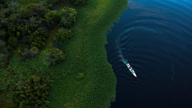 Un bateau dans l'Etat d'Amazonie (Brésil), le 28 juin 2018. (MAURO PIMENTEL / AFP)