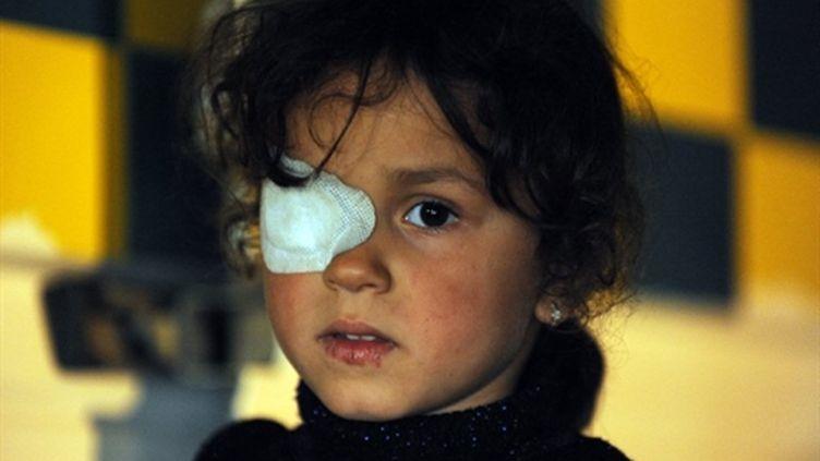Une fillette blessée, évacuée de Misrata, ville assiégée, le 12 mai 2011 (AFP/Saeed Khan)