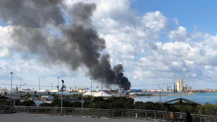 Le port maritime de Tripoli, en Libye, attaqué à la roquette par les forces du maréchal Haftar, le 18 février 2020. (AHMED ELUMAMI / X06767)