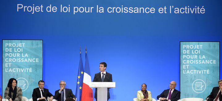 Manuel Valls, entouré de plusieurs ministres, présente le projet de loi pour la croissance et l'activité, mercredi 10 décembre à l'Elysée. (POOL / REUTERS)