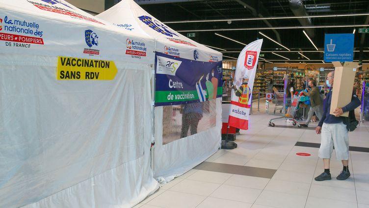 Un centre de vaccination éphémère contre le Covid-19 dans un centre commercial en Ardèche, le 30 juin 2021. (NICOLAS GUYONNET / AFP)