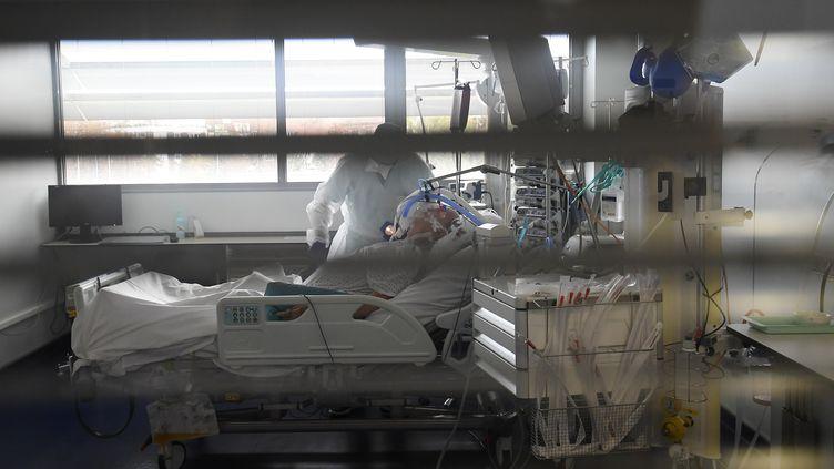 Un patient hospitalisé pour Covid-19, le 22 octobre 2020 à Strasbourg (Bas-Rhin). (FREDERICK FLORIN / AFP)