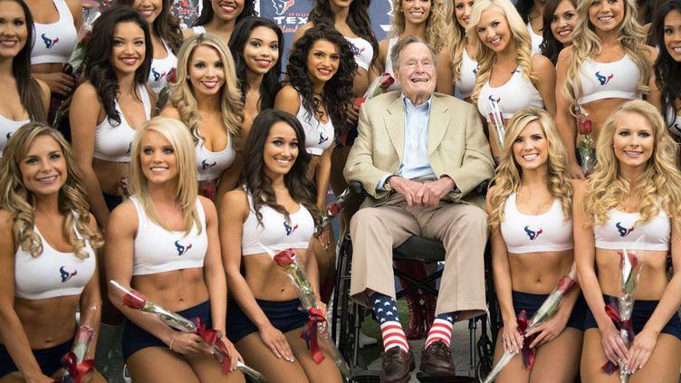 L'ancien président américain George H.W. Bush pose avec la nouvelle équipe des pom-pom girls de l'équipe de football américain de Houston (Texas, Etats-Unis), le 17 avril 2013. (AP / SIPA)