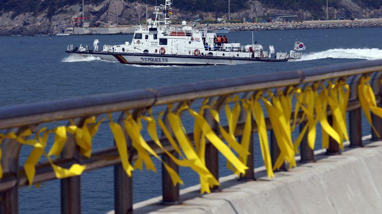 """Des rubans jaunes pour célébrer la mémoire des disparus du """"Sewol"""", le 24 avril sur l'île de Jindo (Corée du Sud). (KIM KYUNG HOON / REUTERS)"""