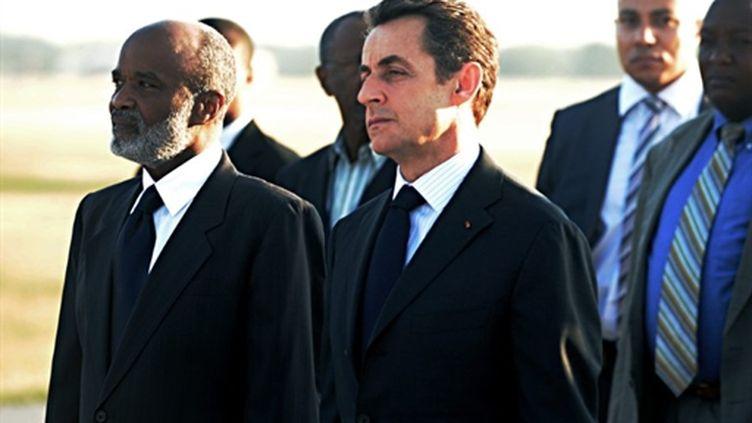 Le président Sarkozy (droite) reçu par son homologue René Préval (gauche) à son arrivée à Haïti. 17/02/10 (AFP Thony Belizaire)