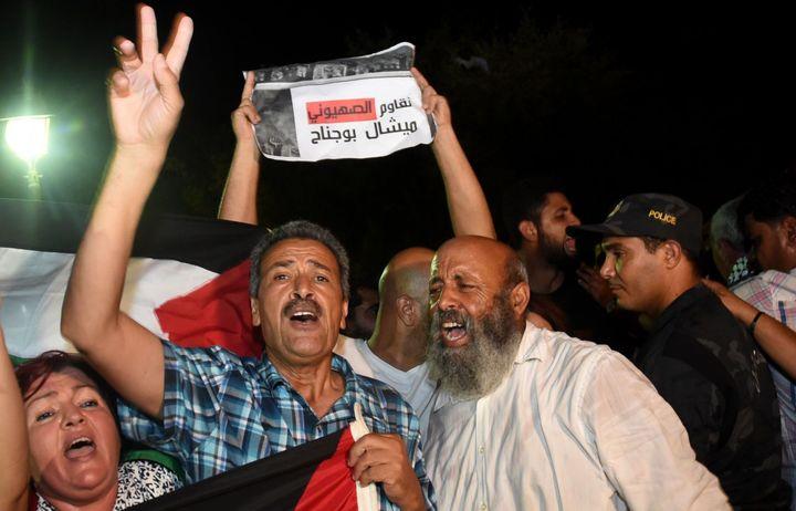 Manifestation à Carthage contre la venue de Michel Boujenah, le 19 juillet 2017. (FETHI BELAID / AFP)