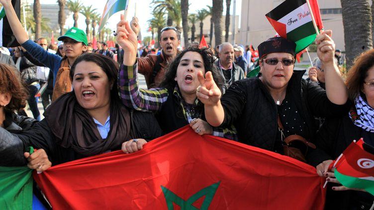Des Tunisiennes dans la rue pour la marche contre le terrorisme, dimanche 29 mars 2015. (YASSINE GAIDI / ANADOLU AGENCY / AFP)