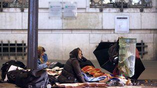Des femmes sans-abris, le 28 octobre 2012 à Paris. (THOMAS COEX / AFP)