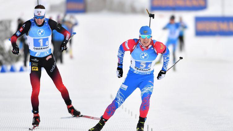 Eduard Latypov (Russie, à dr.) au sprint lors du relais mixte à Oberhof. (MARTIN SCHUTT / DPA)