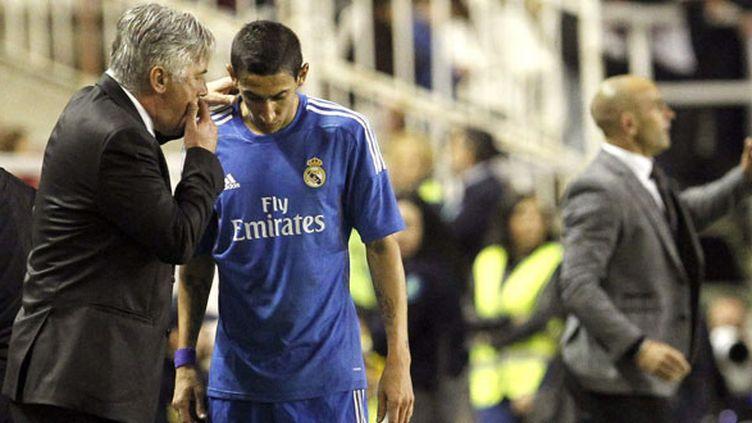 Carlo Ancelotti discute avec Angel Di Maria sur la touche.