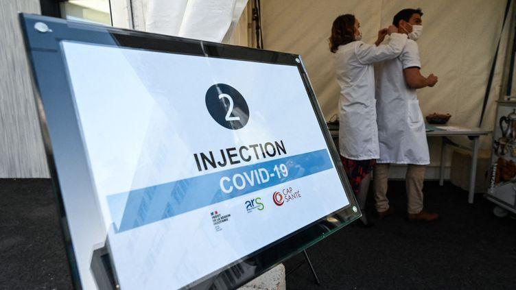 Un centre de vaccination à Saint-Jean-de-Védas (Hérault), en avril 2021. (PASCAL GUYOT / AFP)