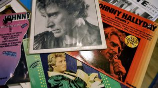 Plusieurs disques de Johnny Hallyday dans un magasin de Toulouse, le 6 décembre 2017. (REMY GABALDA / AFP)