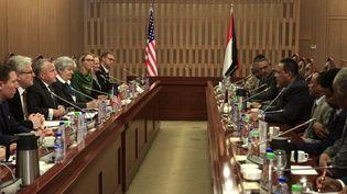 Le secrétaire d'Etat adjoint américain, John Sullivan (3e G), rencontre le ministre soudanais des Affaires étrangères Ibrahim Ghandour (4e D) à Khartoum, le 16 novembre 2017. Sullivan est le plus haut gradé de l'administration de Donald Trump à se rendre à Khartoum depuis que Washington a levé son embargo le 12 octobre. (Ebrahim Hamid/AFP )
