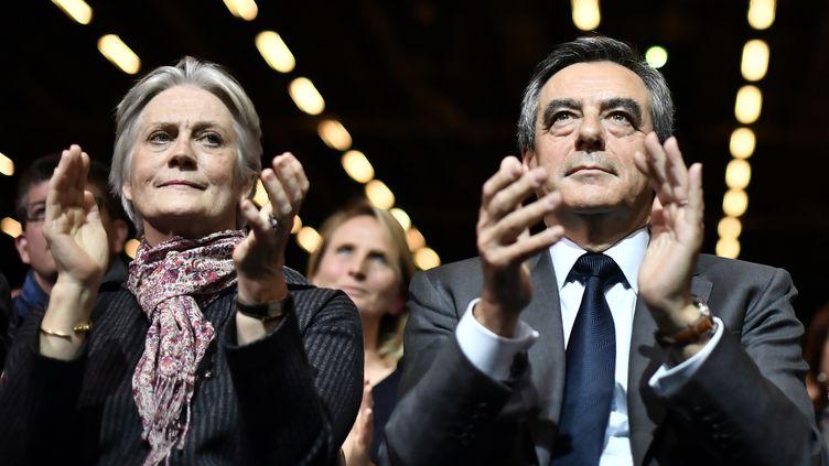 Côte à côte, le candidat investi par la droite François Fillon et son épouse Penelope assistent à un meeting le 25 novembre 2016 à Paris. (PHILIPPE LOPEZ / AFP)