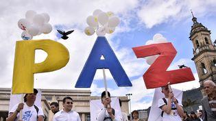 Des manifestants en faveur de la paix entre les Farc et les autorités colombiennes, à Bogota, le 26 septembre 2016. (GUILLERMO LEGARIA / AFP)