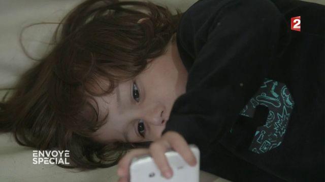 Envoyé spécial. Rayan, 3 ans, addict aux comptines sur smartphone