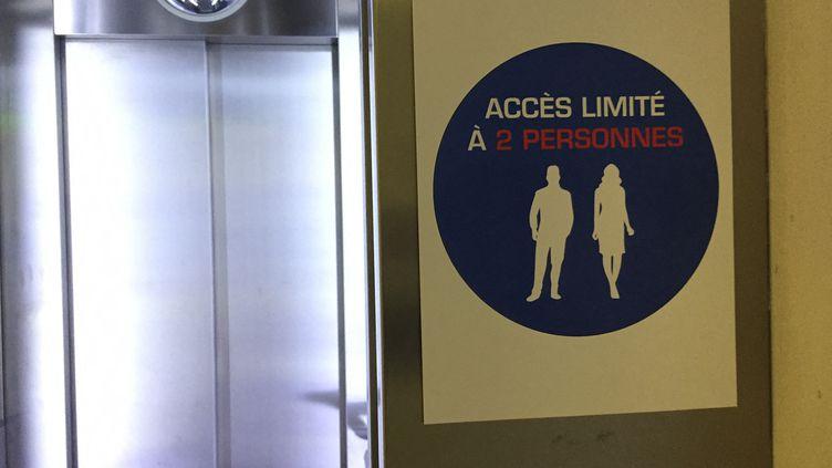 L'accés à un ascenseur à Radio France limité à deux personnes par mesure sanitaire. Photo d'illustration. (STÉPHANE MILHOMME / RADIO FRANCE)