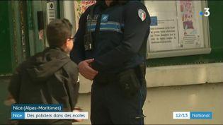Un policier à l'entrée d'une école de Nice, le lundi 16 avril. (FRANCE 3)