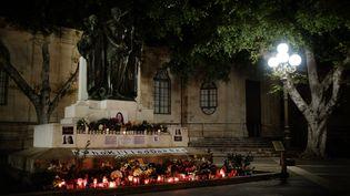 Le mémorial improvisé à la mémoire de Daphne Caruana Galizia, érigé à La Valette (Malte) peu après sa mort sur un monument situé face au palais de justice. (THOMAS BRÉMOND)