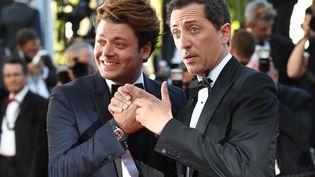 """Kev Adams et Gad Elmaleh lors de la 69e édition du festival de Cannes, pour la présentation du film """"Elle"""", le 21 mai 2016 (ANNE-CHRISTINE POUJOULAT / AFP)"""