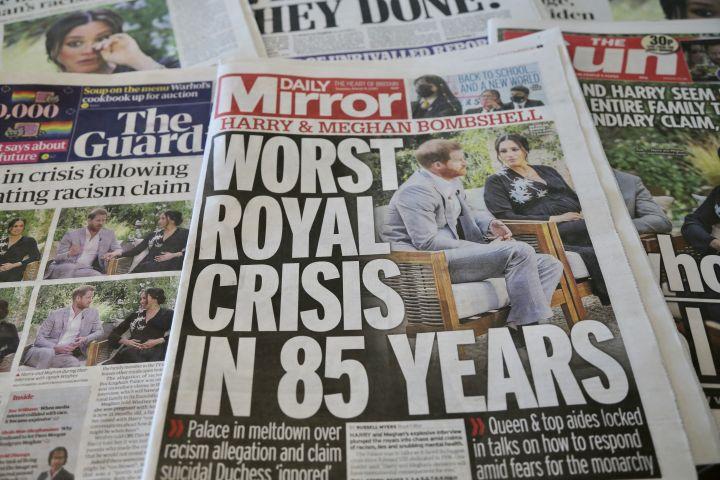 """""""La pire crise royale en 85 ans"""", titre le """"Daily Mirror"""", le 9 mars 2021, après l'interview télévisée de Meghan et Harry. (HASAN ESEN / ANADOLU AGENCY / AFP)"""